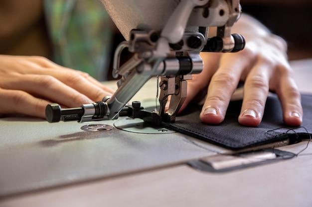 장인 손을 닫습니다 가죽 작업장에서 일하는 지갑 사용 재봉틀에 빈 물건을 바느질