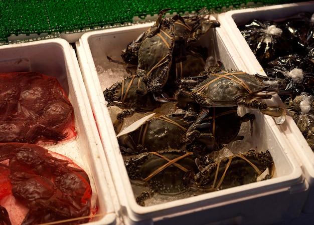 魚市場での新鮮なロブスターのクローズアップクレート