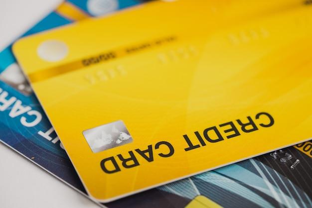 배경에 대한 선택적 초점으로 신용 카드 금융 부채를 마감합니다.