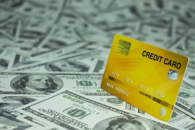 돈 지폐 100 usd 배경 더미에서 격리된 신용 카드를 닫습니다