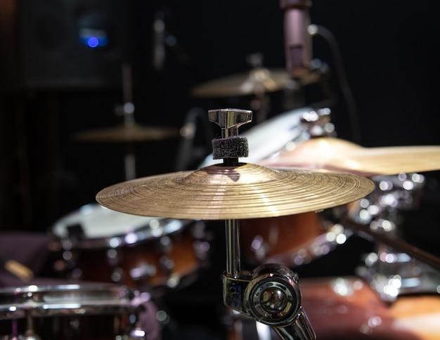 배경 흐리게에 심벌즈와 드럼 키트의 자른 된 이미지를 닫습니다.