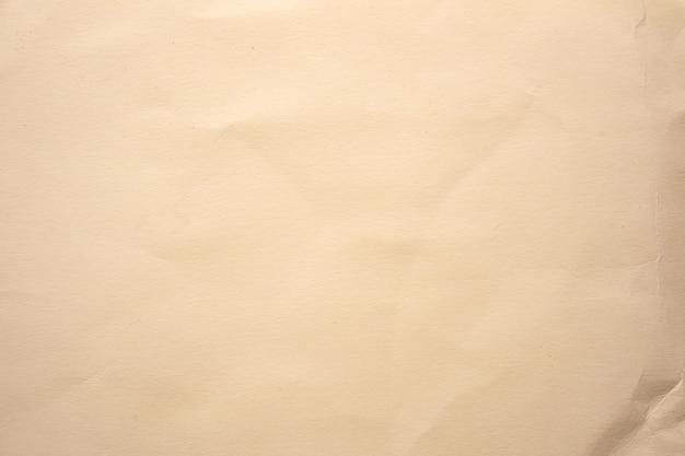 Закройте вверх текстуры мятой коричневой бумаги и фона с копией пространства