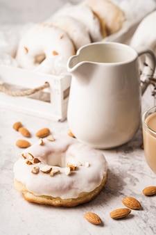 Primo piano tazza di caffè con ciambella