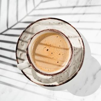 Макро чашка кофе и тени