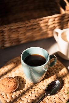 Крупный план чашки кофе с булочкой