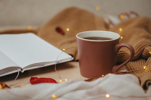 Закройте чашку кофе с огнями боке