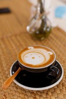 Крупным планом чашка горячего карамельного макиато