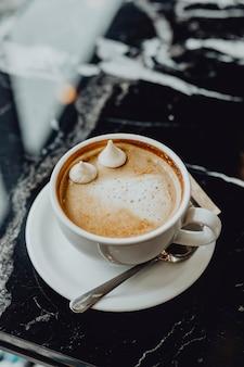Primo piano di una tazza di cioccolata calda