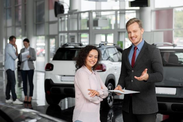 Primo piano sul cliente con un uomo d'affari in una concessionaria d'auto