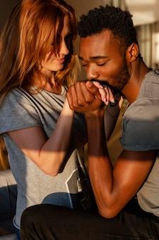 Coppie sveglie del primo piano che sono romantiche
