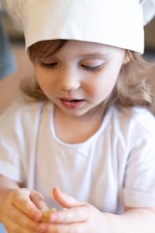 Крупным планом милый ребенок в шляпе шеф-повара