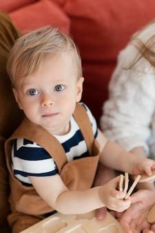 Крупным планом милый малыш с игрушкой