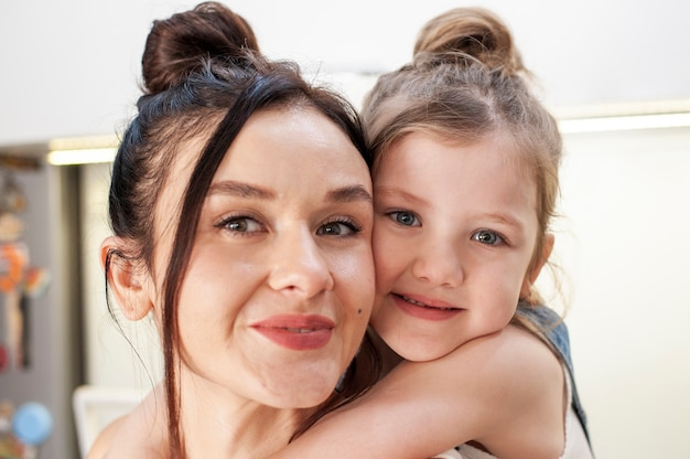 Макро милая молодая девушка обнимает мать