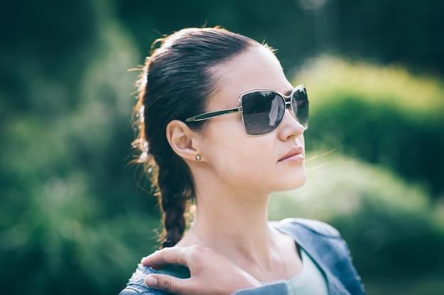 Close up.cute young woman in sunglasses. photo on blurred background