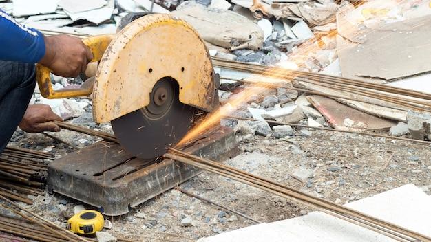 위험 활동에서 전기 톱 용접으로 철강 산업 절단을 닫습니다.
