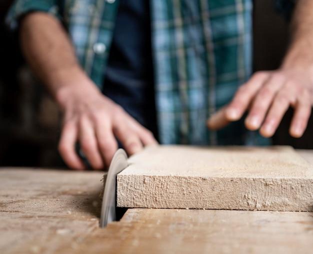 Chiuda sul taglio di assi di legno