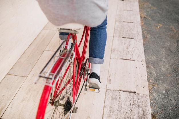 Primo piano della bici di guida del ciclista