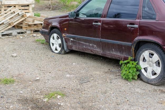 클로즈업 손상 된 타이어입니다. 자동차 타이어의 바퀴 누출. 수리를 기다리는 오프로드의 펑크난 타이어.