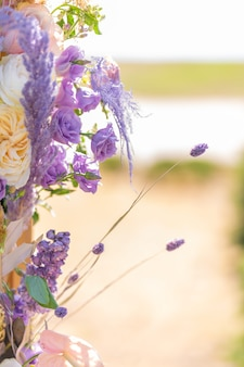 장소의 신선한 꽃과 근접 장식입니다.