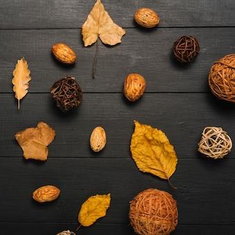 葉と穀粒の中のクローズアップ装飾ボール