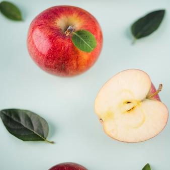 Крупным планом вкусные яблоки на столе