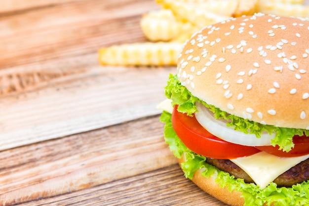 Close-up di deliziosi cheeseburger con lattuga e pomodoro