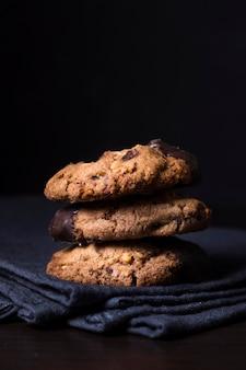 提供する準備ができているクローズアップのおいしいチョコレートクッキー