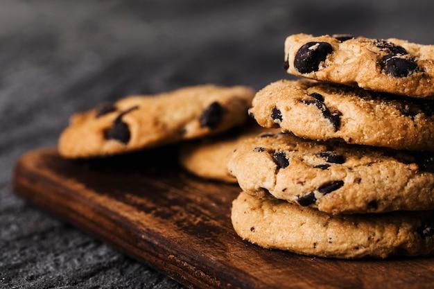 木の板のおいしいクッキーを閉じる