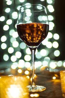Крупным планом вкусный бокал вина