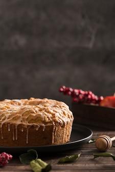 Torta fatta a mano deliziosa del primo piano su un piatto