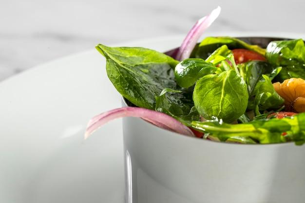Primo piano di deliziosa insalata sana in una composizione di ciotola