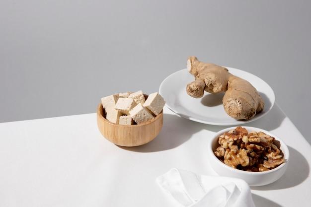 Primo piano su un delizioso pasto vegano ad alto contenuto proteico Foto Gratuite