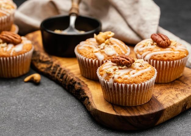 Primo piano di deliziosi muffin con noci