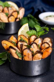 Макро вкусные мидии с петрушкой