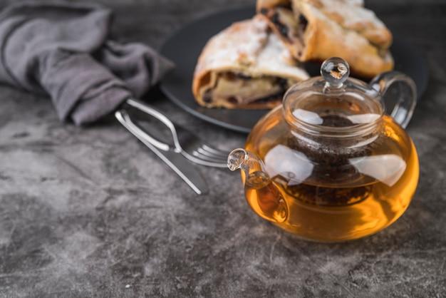 Крупным планом вкусная выпечка с медом на тарелке