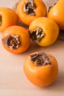 テーブルの上のクローズアップのおいしい柿