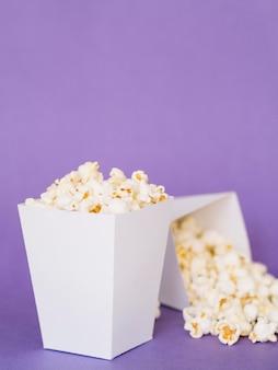 Макро вкусные коробки попкорна на столе