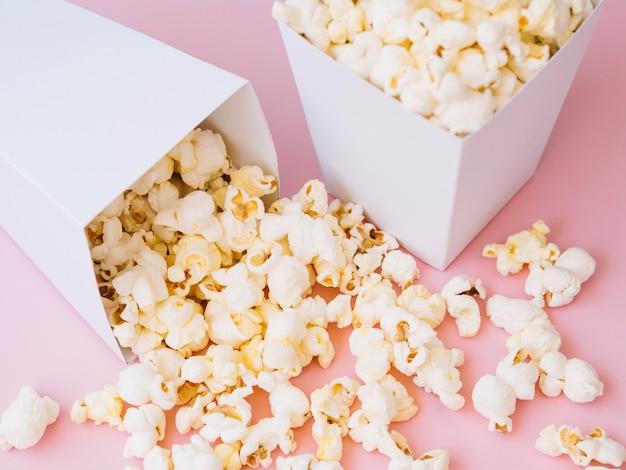 Вкусный попкорн крупным планом готов к употреблению