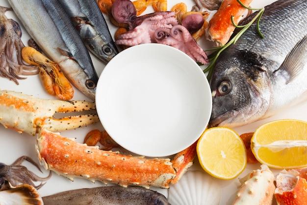 Крупным планом вкусные морепродукты на столе