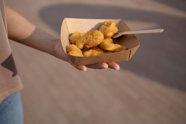 Primo piano di delizioso cibo da strada