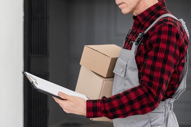 Крупный план доставщик с пакетами