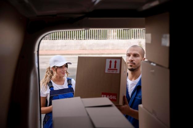 Крупным планом работники службы доставки