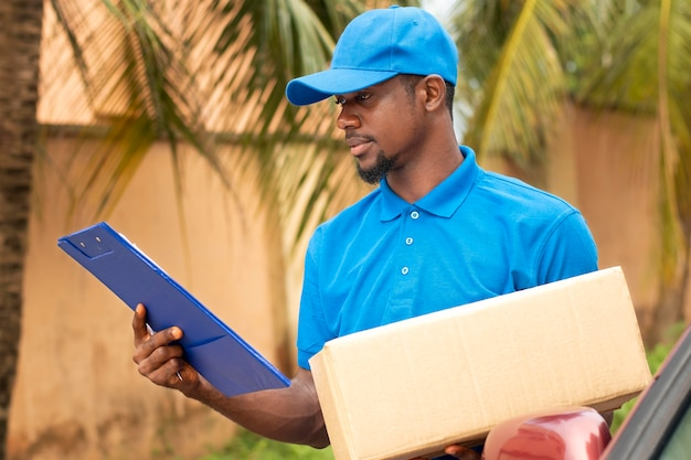 Primo piano sulla persona di consegna con pacco