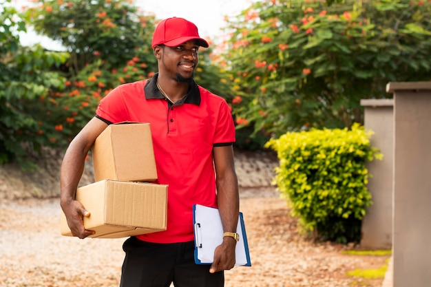 Primo piano sulla persona di consegna con i pacchi