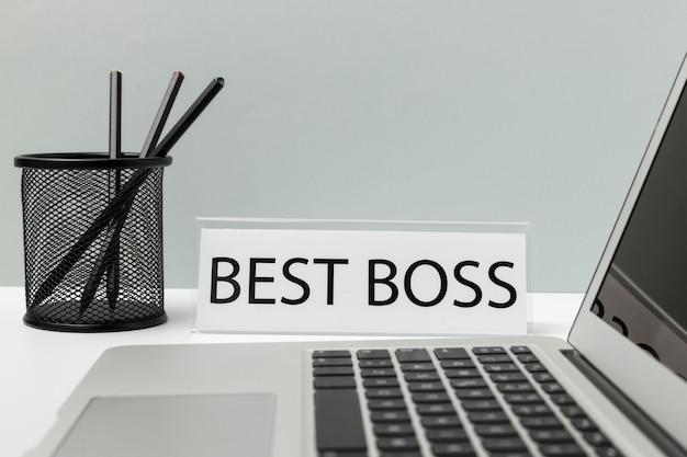 Oggetti da scrivania in primo piano e messaggio del miglior capo