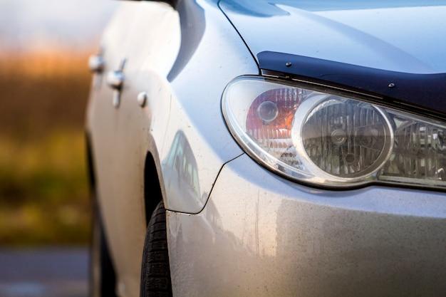 車のヘッドライトのクローズアップ詳細画像