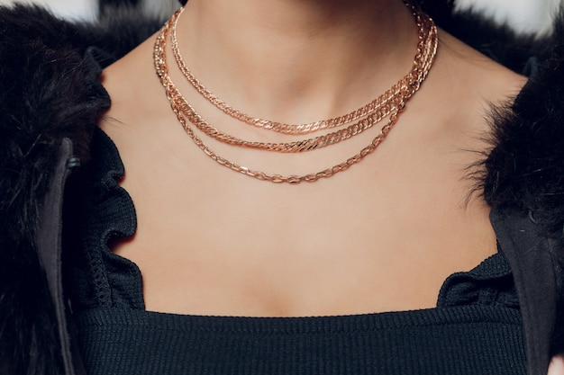 매력적인 샷-모델의 목 주위에 아름 다운 소중한 조각의 이미지에서에서 아름 다운 목걸이의 세부를 닫습니다.