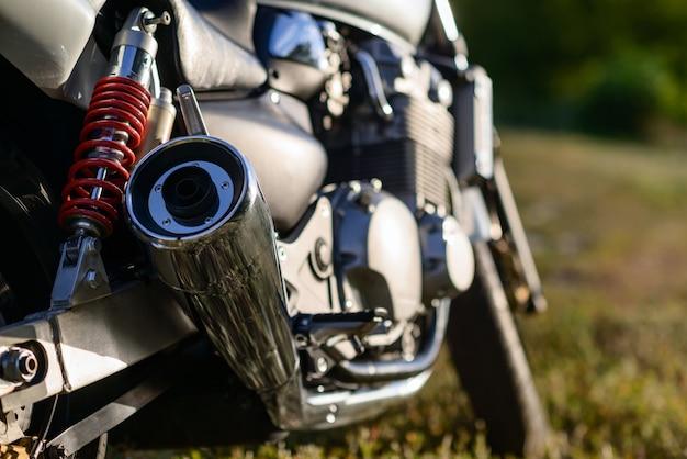 Деталь крупного плана мотоцикла, снятая с выборочным фокусом.