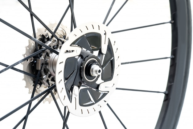 ロードバイクの新しい油圧ディスクブレーキの詳細を閉じます。白い背景の上の新しいロードバイクディスクブレーキ。