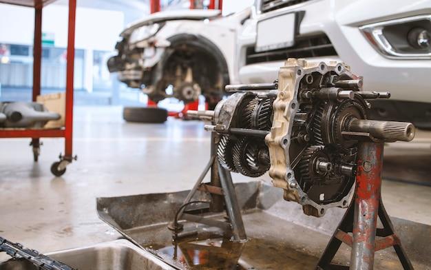 Крупным планом деталь автомобильного двигателя в сервисном центре
